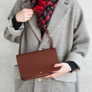上質なヌメ革を使い、 知的さを匂い立たせたシンプルでコンパクトな規格のショルダ-バッグ。レザーの紐を短くすればハンドバッグとしてもお使いいただけます。