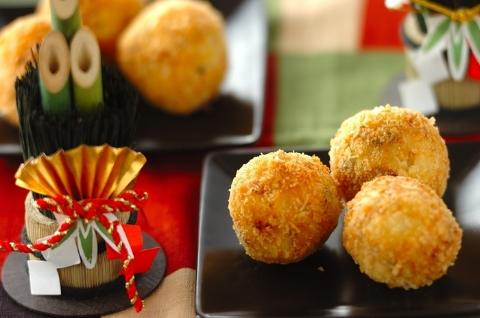 しっかり味のお煮しめをポテトコロッケに!まあるい形がとても可愛らしく、お正月料理に飽きちゃった子供たちも喜びそう。お煮しめにしっかりと味が付いているので、塩のみ。熱々をフーフーしながら召し上がれ♪
