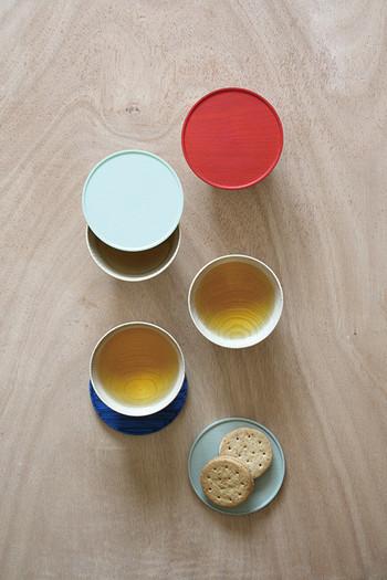 お茶菓子を添えて出す時には、蓋に乗せて出すなんて使い方も。やさしい色使いに、おもてなしの心をのせて。