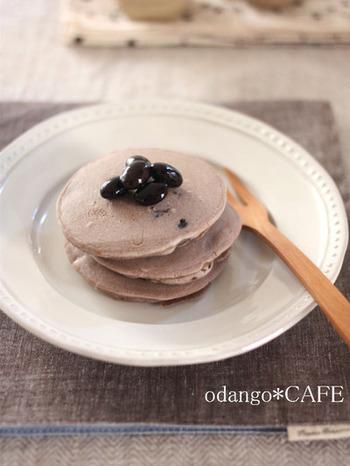 ボウルひとつにフライパンさえあれば出来ちゃうお手軽パンケーキ。黒豆は甘さも塩加減も程よく付いているので、粉と混ぜるだけ!黒豆と米粉、素材本来の味を感じることの出来る素朴で優しいパンケーキです。