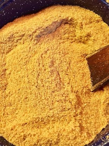 たったそれだけ?と驚いてしまうほど簡単で、材料も手に入りやすいものばかり。(生の米ぬかが手元に有る場合は、ポロポロになるまでフライパンで炒めましょう。)