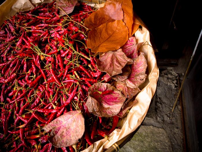 基本の米ぬかカイロにとうがらしやローリエを加えて、温かな効果をより一層高めることも。