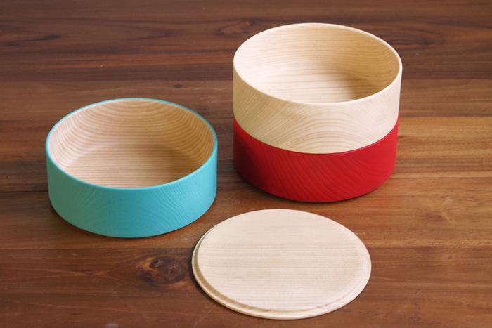 ボーダーシリーズは配色の異なる3色の器を積み重ねることでボーダー柄が生まれる、遊び心のあるデザイン。ツヤのないマットな質感のカラフルな塗装に、透けて見える木目が良い味わいに。松花堂弁当をイメージしたお重弁当をつくるも良し、それぞれを小鉢の代わりに使っても良しと、幅広く使えます。