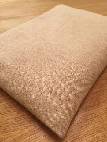 米ぬかには空気中の湿気を吸って、加熱されると熱と一緒に放湿するという働きがあります。しっとりとした温かさは、より体の奥まで届くといわれています。