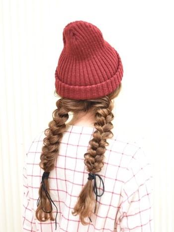 とことん女の子らしくするならニット帽×三つ編みがおすすめ!ニット帽をかぶるので、低めの位置にすると◎三つ編みを引き出してルーズに仕上げるのがポイントです。