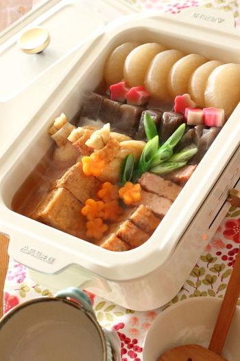 鰹節や昆布からとった出汁をたっぷりと使う、旨味を活かした関西おでんのレシピ。餅きんちゃくや生麩などを入れても美味しいですよ。