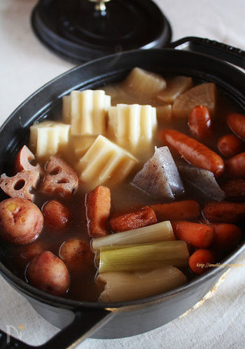 オシャレなだけでなく機能性もばっちりのストウブ鍋は、おでん作りにも活躍してくれます。ちょっと甘めの味つけが多いおでんですが、こちらのレシピならさっぱり塩味で楽しめます。