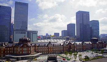 日本最大のターミナル駅といっても過言ではないのが、JR東京駅。プラットホーム数は日本一を誇り、在来線は新幹線や地下鉄も含めると約30線にも及ぶ、マンモス駅です。
