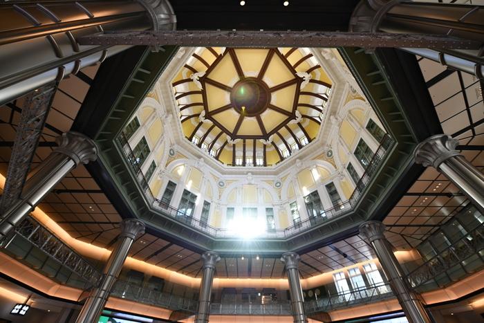 東京駅は、今から約100年前の大正3年(1914年)に建設されました。その後、100年前の創建当時の姿を取り戻すため修復工事が行われ、2012年に現在の姿が完成しました。赤レンガをベースにした外観のデザインからは、モダンな雰囲気が漂い趣を感じます。また、駅構内にある東京ステーションホテルは国の重要文化財にも登録されており、今では、東京駅は国内外の観光客に人気の観光スポットになっています。