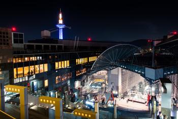 京都駅は、京都の歴史ある町並みとは対照的な近代的なデザインが施された、壮大なスケールで立てられた駅です。吹き抜けになっている中央コンコースと左右に設置された渓谷状の階段からは、壮大さと解放感を感じられる作りになっています。