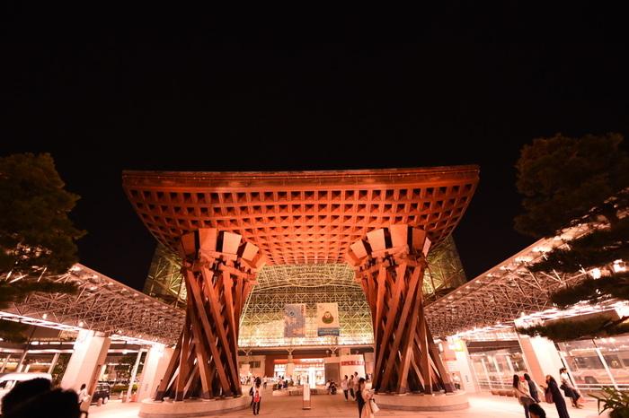 金沢駅の見どころは、駅前にそびえ立つ「鼓門(つづみもん)」。この鼓門は、伝統芸能・能で使われる鼓(つづみ)をイメージして作られたそうです。なぜ鼓のデザインが採用されたのかというと、金沢は能が盛んな地域だから。巨大で圧倒される鼓門を見れば、金沢の能文化を感じ取れることでしょう。