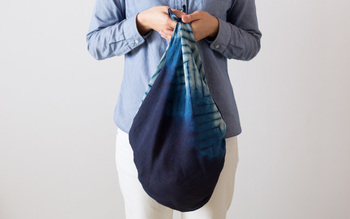 サイズは90cm角ですので、旅行や、荷物を運ぶときにしっかり使えるサイズ。先を結んで、袋状のバッグとして使うことも。