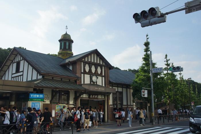 原宿駅は、2016年10月に開業110周年を迎えています。長い間、戦争や関東大震災などの出来事に遭いながらも現存し続け、原宿に行き交う人々を見守ってきました。原宿駅は表参道や明治神宮などの最寄り駅というイメージですが、時には立ち止まって眺めてみるのもいいかもしれません。原宿駅の長い歴史を感じることができるでしょう。