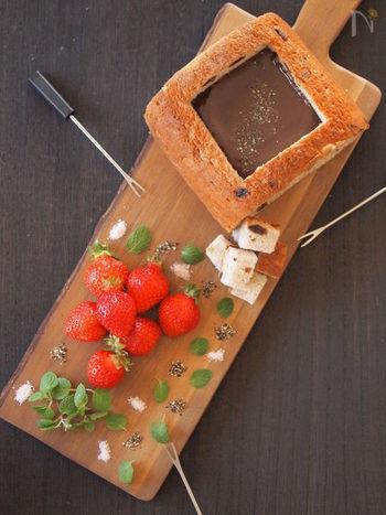 おうちで楽しくバレンタインを過ごすならチョコレートフォンデュもおすすめ♪こちらはパンをくり貫いてチョコレートを注いだおしゃれなレシピ。器までおいしくいただけますね♪