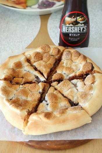 行列の耐えないチョコレートショップ「マックス ブレナー」で大人気のチョコレートチャンクピザをおうちで手作りしてみませんか?ピザ生地からつくる本格レシピです♪