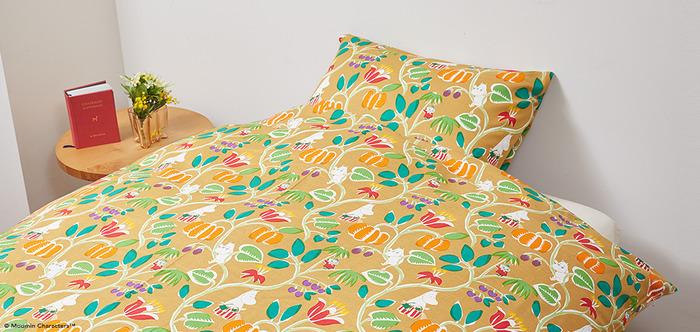 ムーミンの優しさに包まれながら眠るのも素敵。こちらはベージュで、植物園という名前が付いた生地。温かみのあるモチーフをユーモアのあるタッチで描いた鈴木マサル氏のデザインです。