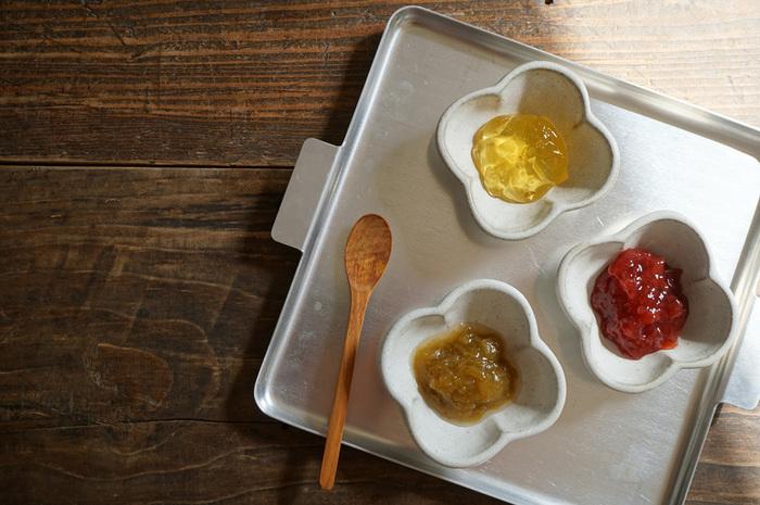 パンやトーストに添える、ジャムやマーマレードなど、色がきれいで鮮やかなものには白の豆皿をセレクト! ちょっと深みのある「豆鉢」系が使いやすくておすすめです。