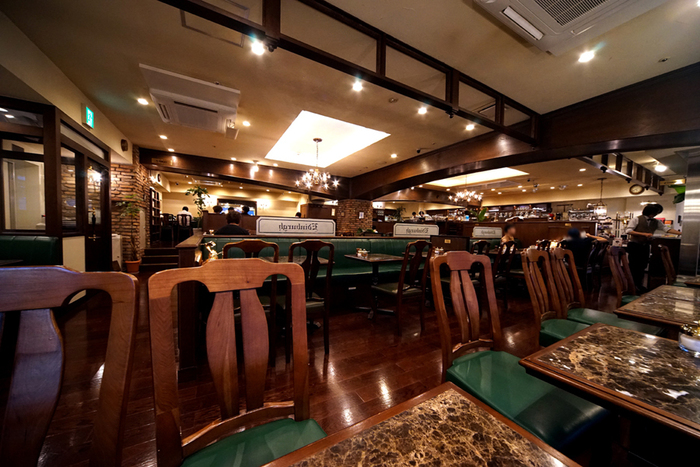 珈琲貴族エジンバラは、歌舞伎町で40年営業していたお店が移転し、こちらの新宿三丁目の店舗で営業を再開しました。落ち着いた雰囲気の店内は昔の雰囲気を残しつつ広々とした空間です。  モーニング:6時~11時半(月~土) 定休日:無休