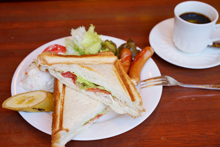 こちらはBセットの「ローストチキンと野菜のホットサンド」です。ボリュームがあって食べ応えがありますよ!薫り高い珈琲と一緒にどうぞ。
