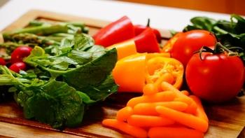 お肌の健康はまさに体調のバロメーター。肌荒れの原因が多岐に渡ることからもわかるように、美肌を育てるにはいろいろな栄養素をバランス良く摂ることが一番です。フルーツと野菜をたっぷり使ったスムージーを毎日の朝食にいかがですか?
