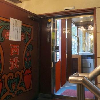 新宿駅東口、ライオン会館のそばにあります。昭和の空気が流れる店内では、古き良き時代を感じることができます。隠れた名店として注目されており、週末はとても混みます。モーニングの時間帯は比較的空いています。2階は喫煙席、3階は禁煙席と個室があります。  モーニング:7時半~11時 休業日:年中無休