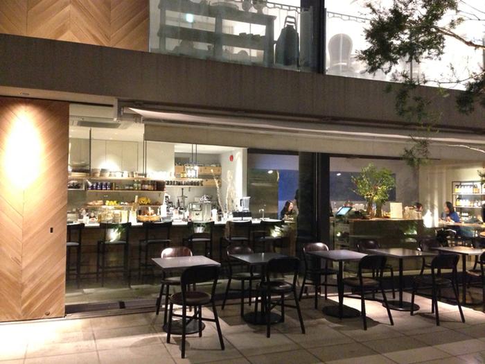 """コスメブランド「THREE」が母体。""""美の食卓""""をコンセプトに、コールドプレスジュースや野菜中心、グルテンフリーのメニューを展開しています。オープンは朝7時!朝活に利用するかたも多い一方、平日の夜は22時までと遅い晩ごはんにも使い勝手よし。"""