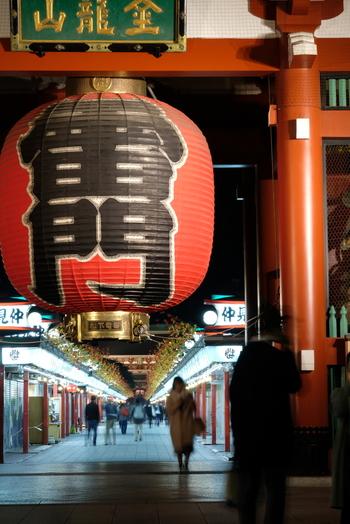 東京を代表する観光地として人気の浅草。駅周辺には1400年の歴史を誇る浅草寺や、長さ250mの本殿まで続く日本で最古の商店街「仲見世」などがあります。