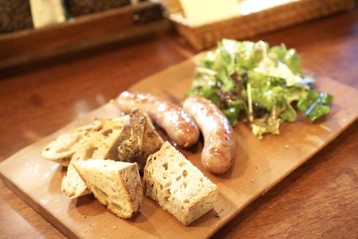 ビールやワインを飲む際は、パンとサラダがついてくる美味しいサルシッチャ(生ソーセージ)がおすすめ。こちらのサルシッチャは、中勢以(なかせい)の熟成肉を使った自家製のソーセージ。お酒との相性も抜群です!