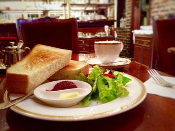 モーニングセット(700円~)は、フレンチドレッシングがかかったサラダにトーストと飲み物です。