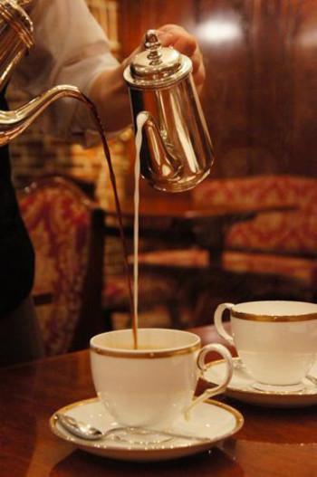 カフェオレを頼むと高いところから注がれる見事なパフォーマンスが見れます。