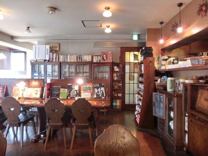 木のぬくもりが心地いい、落ち着いた雰囲気の店内にはクラシックが流れます。