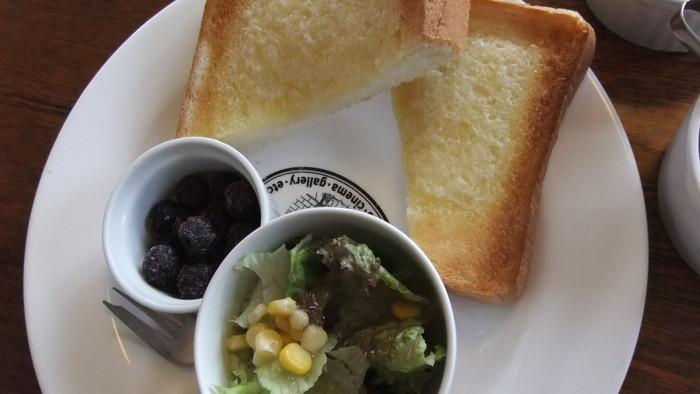 バタートースト、サラダ、冷凍ブルーベリーのモーニングセット。