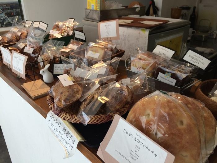 じゃがいものフォカッチャをはじめ、素朴でやさしい味わいのパンが並びます。パンのディスプレイも手作り感があり、お店の優しい雰囲気にマッチしていますね。良心的な価格でいただけるモーニングやランチでは、フォカッチャサンドやクロックムッシュなどを楽しめます。