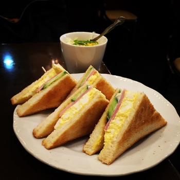 カリカリに焼かれたトーストが美味しい、ハムタマサンドセットはサラダ・ドリンクがつきます。 モーニングのコーヒーは選べませんが、カップはやや大きめでです。