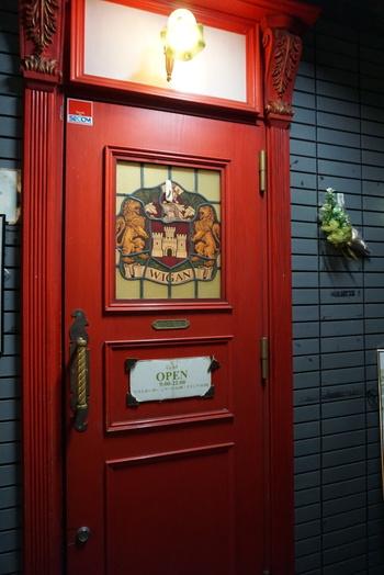 真っ赤な扉が目印です。