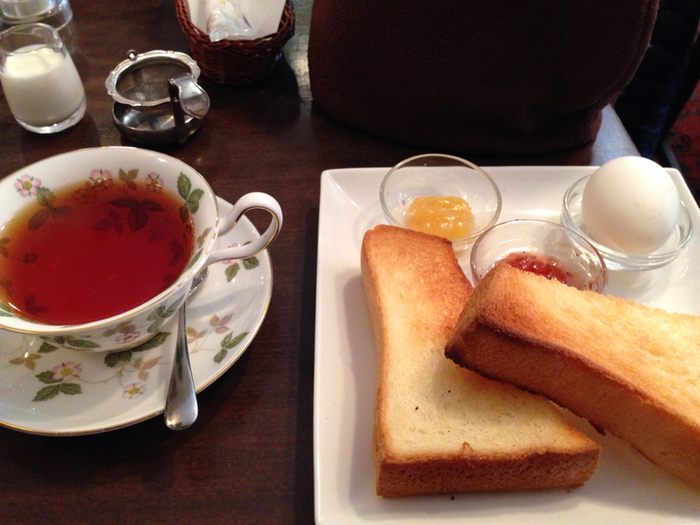 丁寧に塗られたバターがふんわり香るトーストは紅茶に良く合います。ジャムトーストはお替り自由です♪
