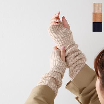 日本のデザイナーブランド・unfilが手掛けるMade in Japanのオープンフィンガーグローブ。キャメルとベビーアルパカの毛を使っているので、ふっくらとした質感となめらかな肌触りが体感できます。防寒用としてコートの下に着けたり、くしゅっとして袖からのぞかせたりと、アレンジが楽しめるのも魅力です。