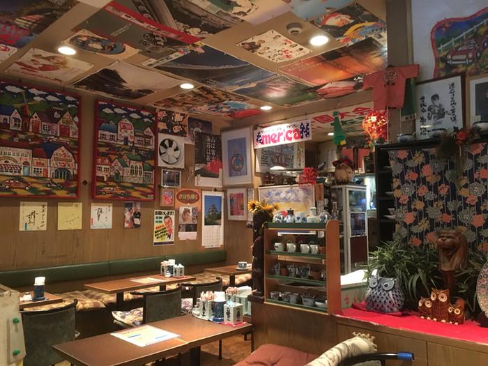 ポスターやオブジェが置かれる店内はとっても賑やかな雰囲気。店内を見渡すだけでも楽しい気分になれます。モーニングは、サンドイッチとドリンクを味わえますよ。