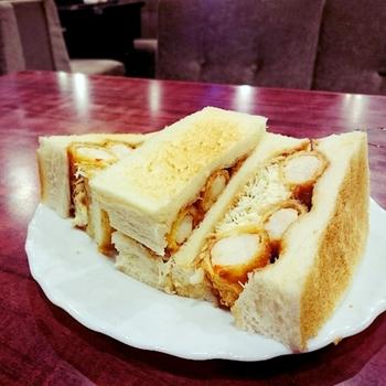 厚切りトーストにエビ3匹と刻みキャベツがはさまった人気メニューの「エビサンド」は食べごたえ抜群です。