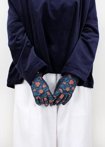 """冬のお出かけに欠かせないファッションアイテムの1つといえば""""手袋""""ですね。手先が冷えると手はかじかむし、冬の冷たい乾燥した空気にさらされていると手肌が荒れてしまうので保湿、保温のためにも手袋は必須ですね。  素材や形も様々ですが、運よくお気に入りの一つに出会えて愛用していても、手袋は失くしやすいアイテムなので、バッグの中やポケットに入れたはずなのに「無い!」なんて経験をお持ちの方も多いはず。"""