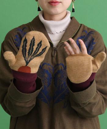 お野菜柄の珍しい手袋は5本指とミトンが組み合わさったとっても便利なデザイン。お散歩や移動中にはミトン部分をすっぽりかぶせて、スマホ操作やちょっとコンビニでお買い物なんてときにはミトン部分を取ってしまえば指先も自由に動かせるという優秀っぷり♪