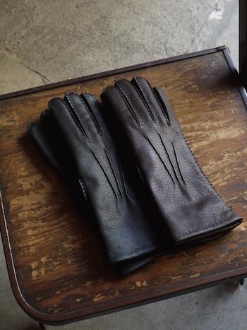 使い込んでいくうちに柔らかくしなやかになっていくレザー手袋は長く大切に愛用していきたいですね。こちらのイギリスブランド、「Chester Jefferies(チェスター ジェフェリー)」は英国の王室や衛兵たちの御用達ブランドで、また、タイタニックなどの映画でも撮影用の小物として使われたそう。外側は鹿皮、内側はウールと高品質な素材を使っているので、質も縫製も丁寧で長く愛用できる手袋となっています。