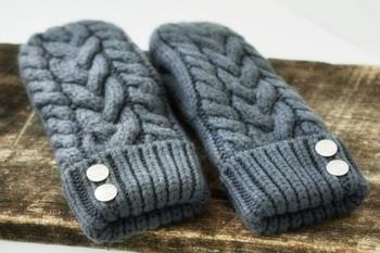 太いケーブル編み&ミトンの組み合わせはどこか懐かしく、ほっこり可愛いデザインです。ミトンは5本指手袋と違ってスマホ操作もできず、つけたまま何かをするのが難しい、不便なデザインではありますが、5本指デザインよりも指先の体温を逃さず暖かいのはミトンだそうです。ものすごく寒い日には小さなホッカイロを忍ばせたりもできちゃいますね。