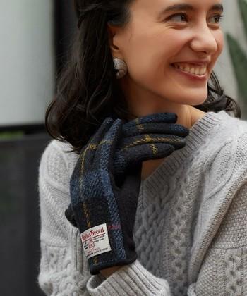 スコットランドのハリス地方でウールを織って作られるテキスタイル、「HARRIS TWEED(ハリスツイード)」の手袋も毎年人気の手袋。今年はトラッドスタイルが流行中なのでトレンドアイテムとしても大活躍しちゃいます。