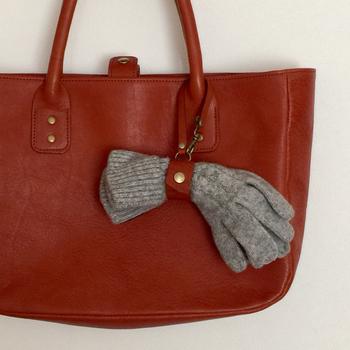 """そんな時に頼りになるのが""""手袋ホルダー""""。2つまとめてバッグにかけておけるので失くすこともなく、バッグの中を探す手間もはぶけます。手袋を収納したいときも使用したいときもさっと使えてとっても便利なんですよ!今回は、おしゃれな手袋とそれにぴったりの手袋ホルダーをご紹介していきます。"""