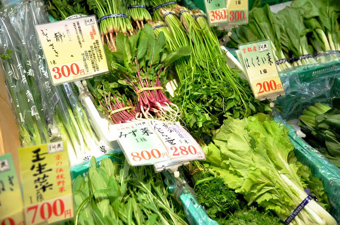 【「錦 京野菜 川政」の店頭。京野菜は、種類豊富。春夏秋冬、季節それぞれに、色とりどりの野菜が出回ります。画像は、師走の頃の葉物野菜。】