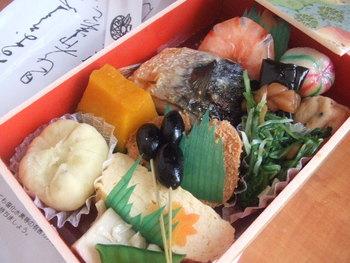 【「錦 平野 」の手作り惣菜を詰め合わせた弁当『洛彩詰め合わせ』。一品一品手抜きなしで作られた惣菜は、どれも美味しく、庶民価格で、京の味が堪能出来ると評判です。】