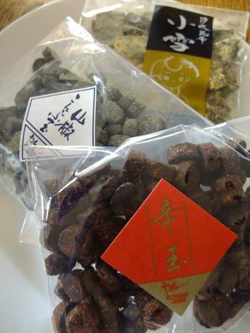 【「京こんぶ千波」の人気商品『こんぶ玉』。『こんぶ玉』は、塩昆布を球状に丸めたもの。潰してあるので、食感が柔らか。そのまま、おにぎりの具として使え、日本酒の肴、お茶請けとしても楽しめます。「千波」では、山椒・唐辛子・生姜の三種の味のこんぶ玉があります。】