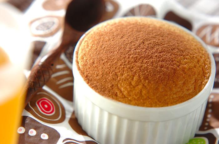 口に中でシュワっとなくなるような軽い食感が特徴のお菓子・スフレ。インスタントコーヒーとコーヒーリキュールを使うことで、ちょっとほろ苦い大人のコーヒースフレに。できたてのアツアツを召し上がれ!