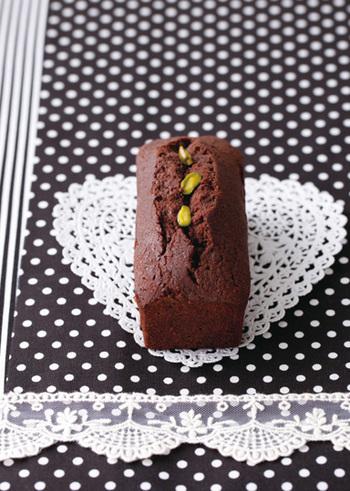 一見、ブラウニーに見えるこちらののパウンドケーキ、実はチョコレートにコーヒー味を効かせたビターテイストなんだとか。焼き上げた後に、コーヒーリキュールをハケで塗ることで、香りとしっとり感をプラスして。